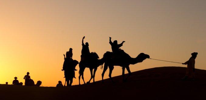 Uitgelaten stel op weg naar de woestijn