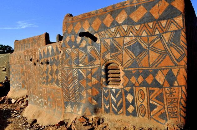 Symboliek op huizen in Tiebele