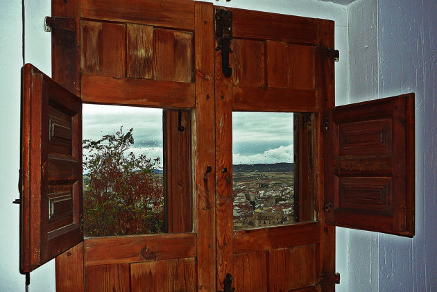 Een kijkje door de ramen van een museum
