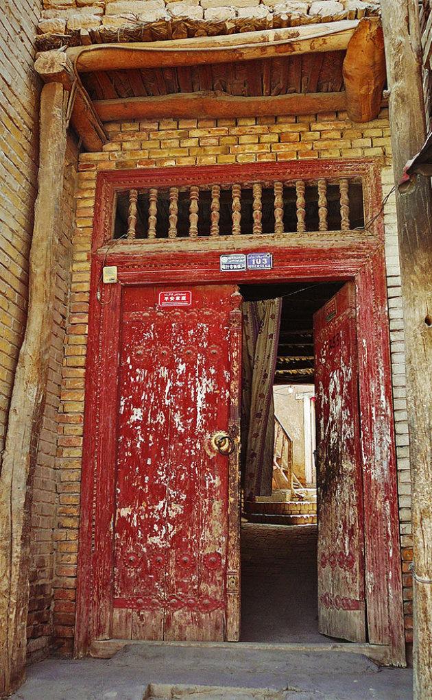 Oude deur en doorkijk in Kashgar