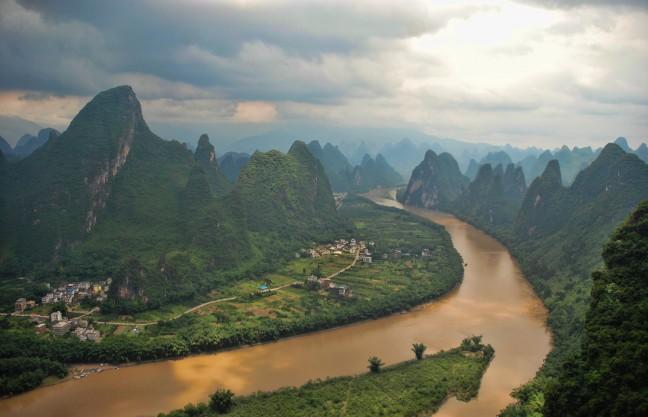 Uitkijken over het karstgebergte rondom Guilin