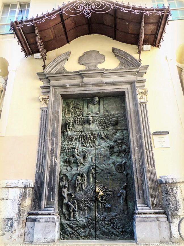 De twee bronzen deuren van Sint-Nicolaaskathedraal