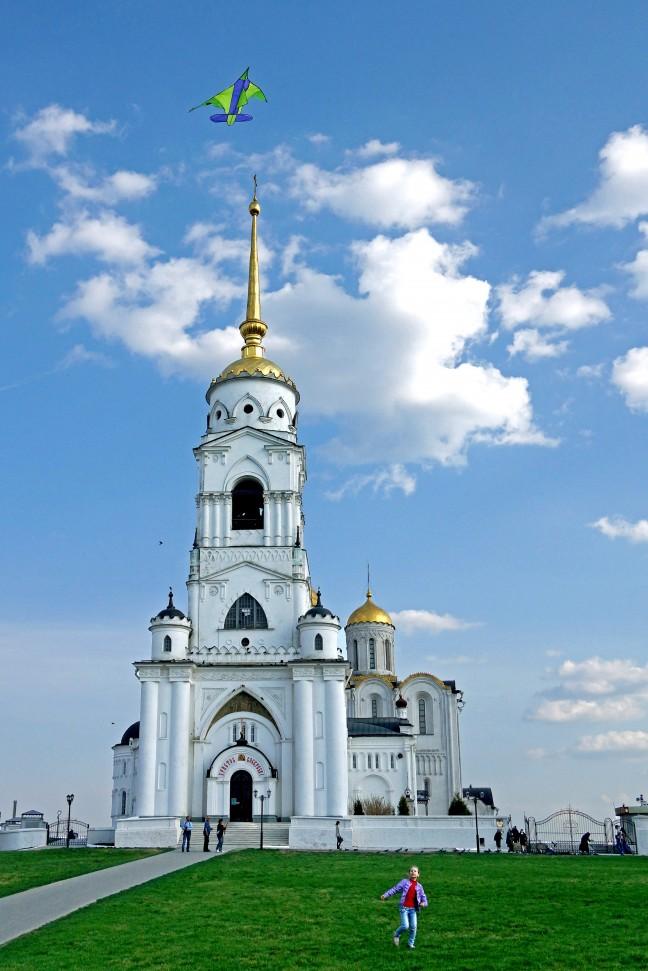 Vliegeren bij de witte monumenten van Vladimir