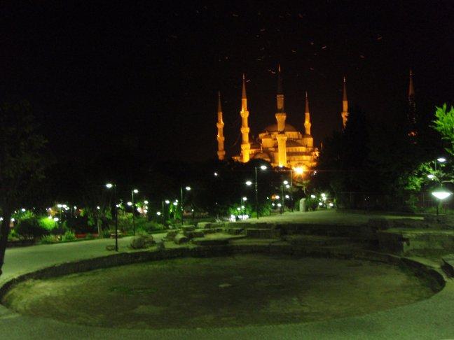 blauwe moskee bij nacht