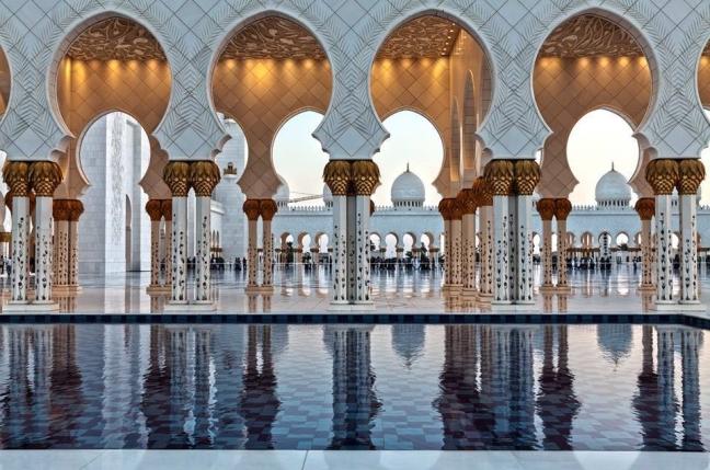 Spiegelingen bij de moskee in Abu Dhabi