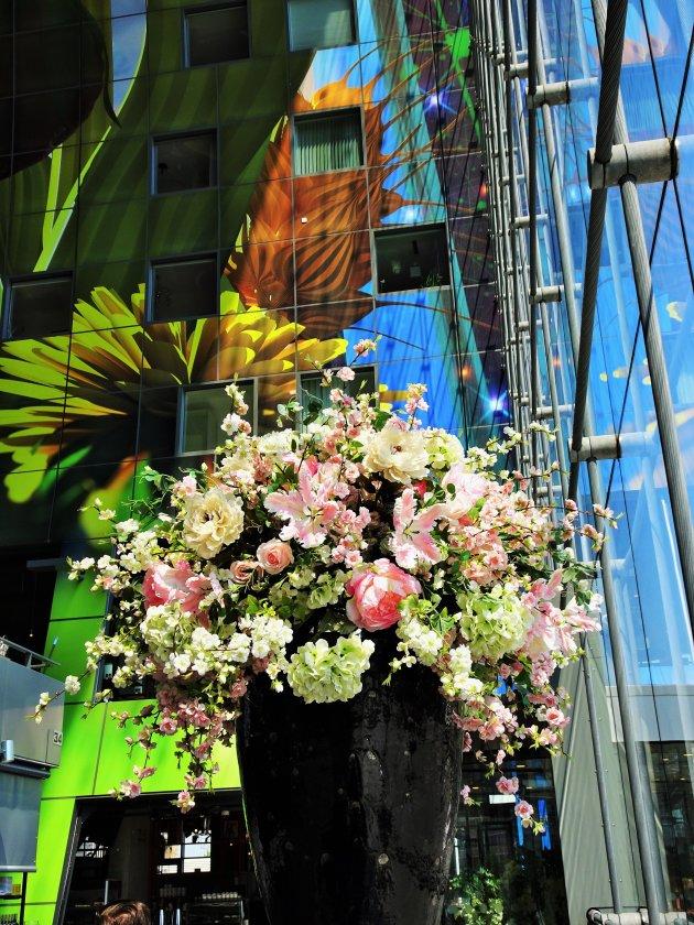 De Markthal zegt het met bloemen