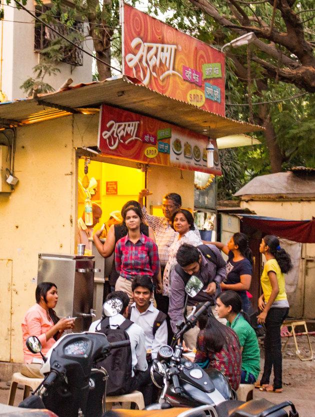 Dinnertime op straat in Pune