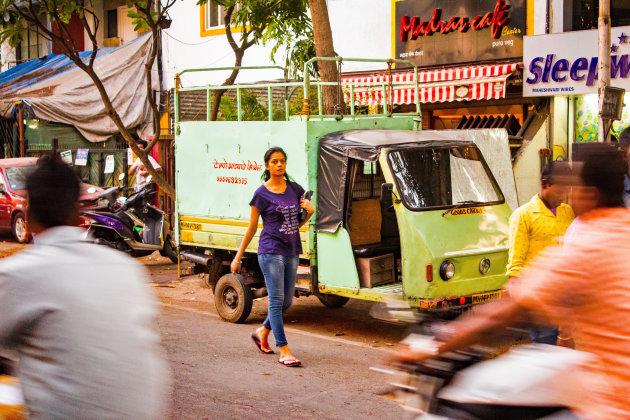 Lopen op straat want stoepen zijn er amper