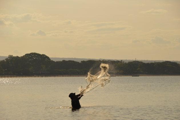 Visser in het meer van Nicaragua