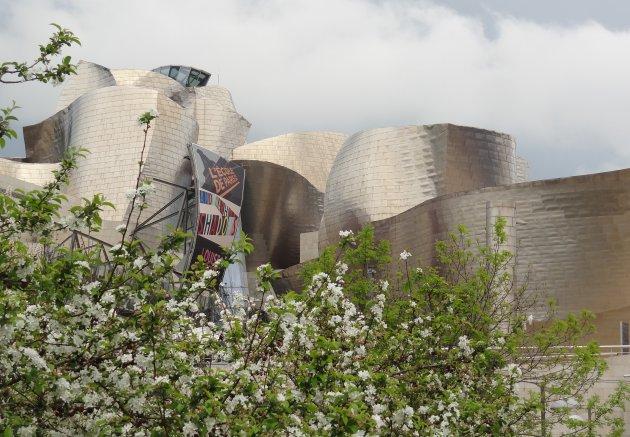 Guggenheim achter de bloemen