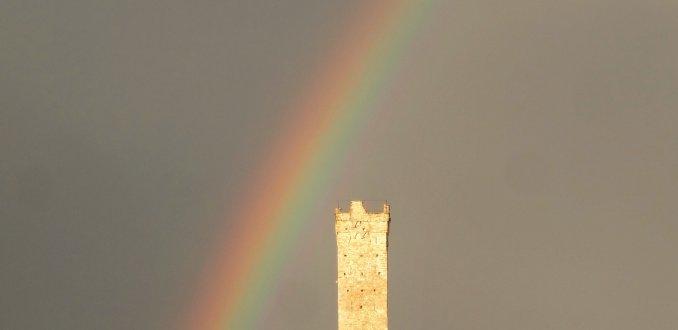 De pot ligt bij de Middeleeuwse toren