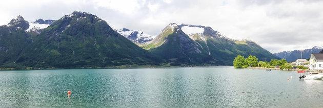 Panoramafoto van Hjelle aan het Opstrynsvatnet