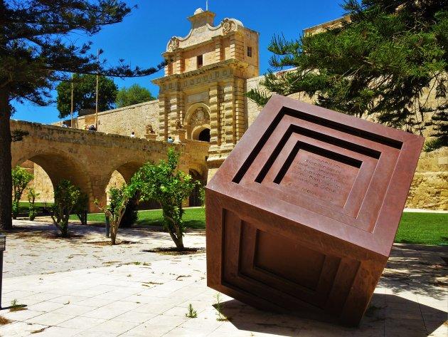 Artistieke Kubus en stadspoort van Mdina