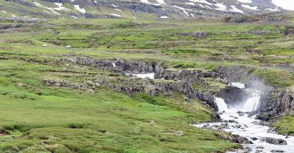 Watervallen, sneeuw en haarspeldbochten