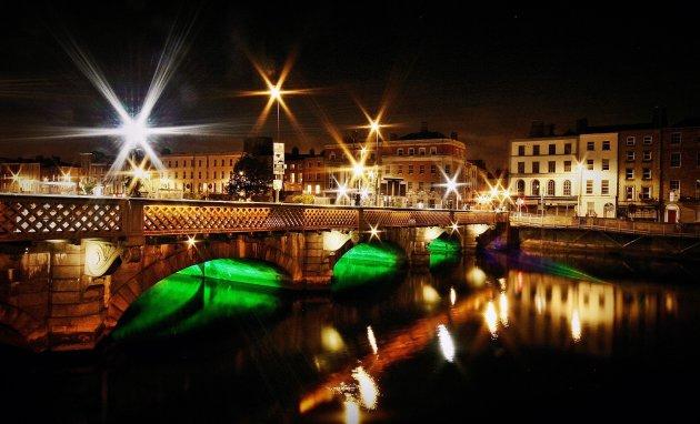 de bruggen over de Liffey at night