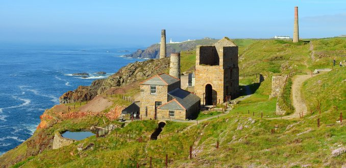 Wandelen tussen schoorstenen in Cornwall.