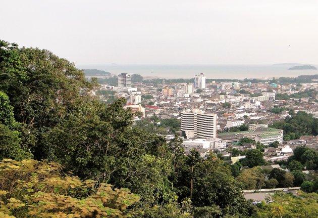 Stads gezicht vanaf de berg.