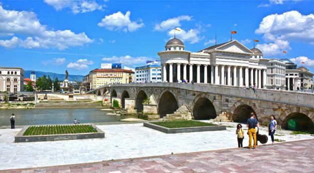 Zicht op de bekende brug in Skopje