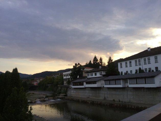 De rivier de Cherni Osam in Troyan, Bulgarije