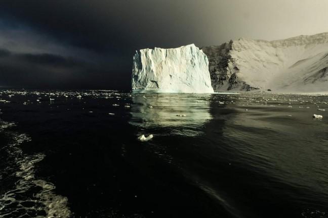 De laatste zon belicht de ijsberg