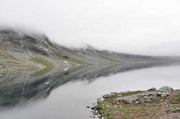 Bergmeertje in de mist
