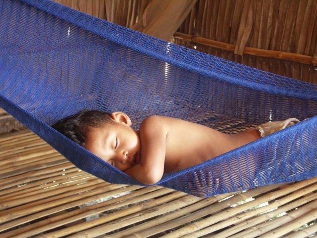 Slapen in blauwe hangmat