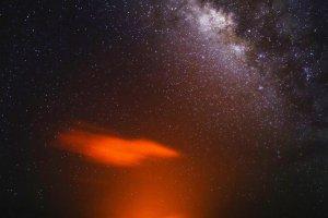 Melkweg boven een vulkaankrater