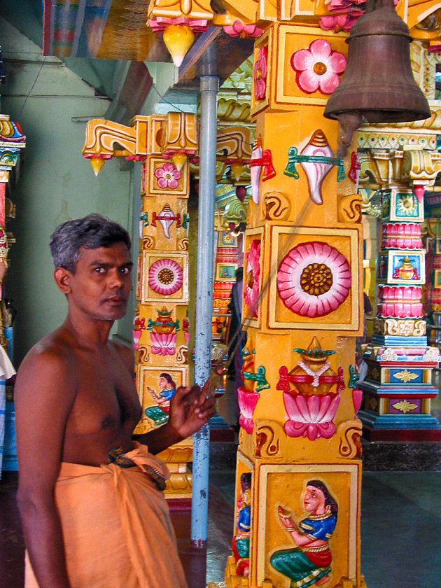 Klokkenluider in tempel Trincomalee