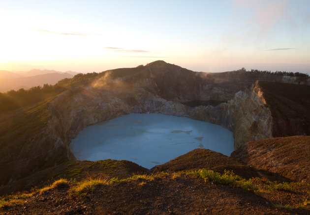 Zonsopkomst bij de Kelimutu vulkaan