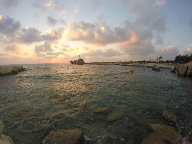 Half gezonken schip aan kust tussen Akamas en Paphos