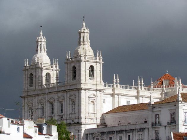Witte kerk tegen donkere lucht