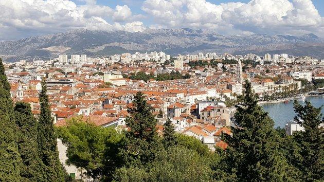 Split (Kroatië) gezien vanaf de heuvel Marjan.