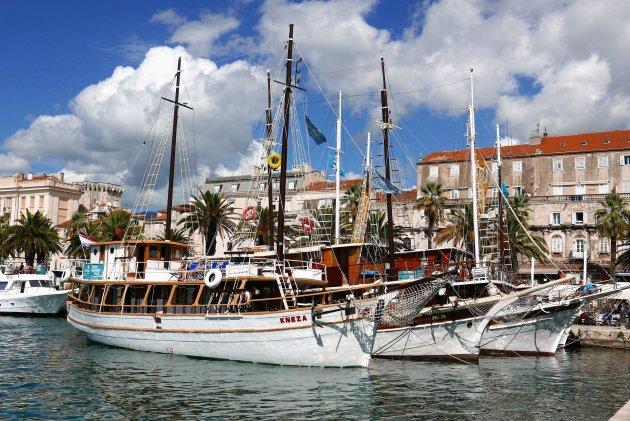 Prachtige schepen in de haven van Split