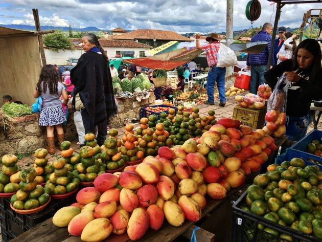 Cowboys en indianen op de markt van Villa de Leyva