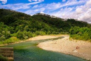 Langs de rivier  'Fiume Vara'
