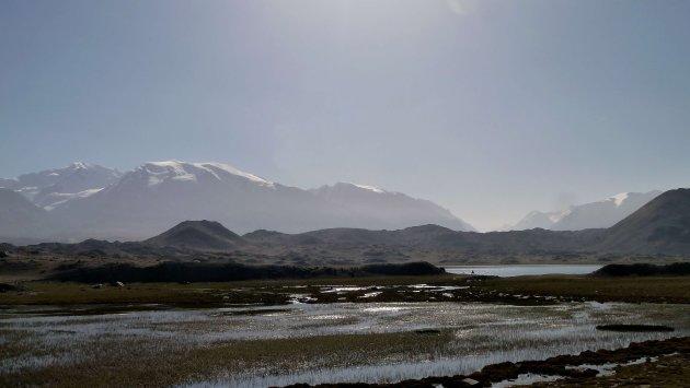 Ochtendlicht bij Kara Kul meer