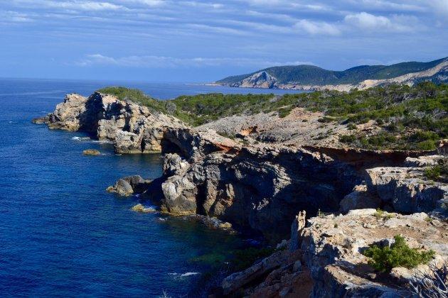Faro des Moscarter; uitzicht op de ongerepte, ruige kust van noord Ibiza