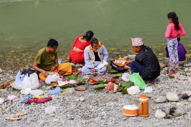 Ceremonie aan de Trisuli rivier