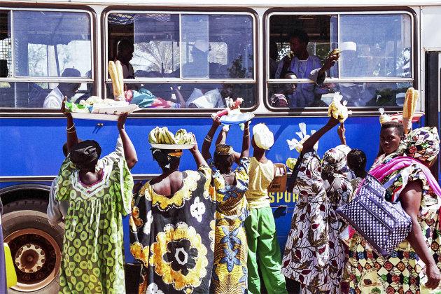 Verkoopsters bij bus-Banjul