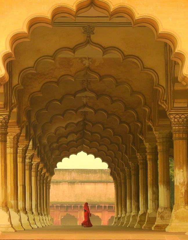 Dame in rood in Agra fort.