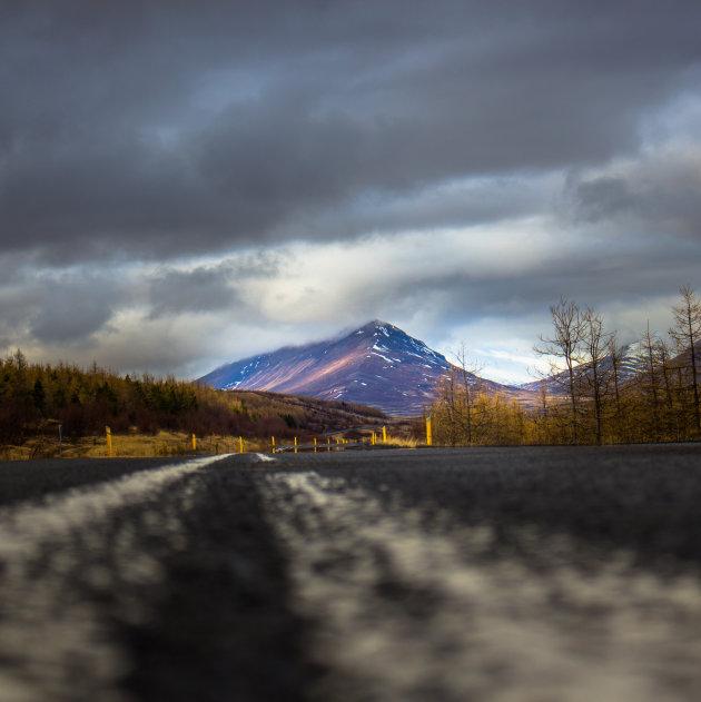 Noord IJsland met een lichtgevende berg