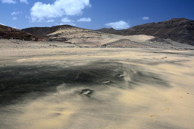 Zwart wit strand van Salamansa