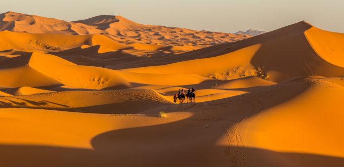 Als de zon met haar laatste stralen het zand kust