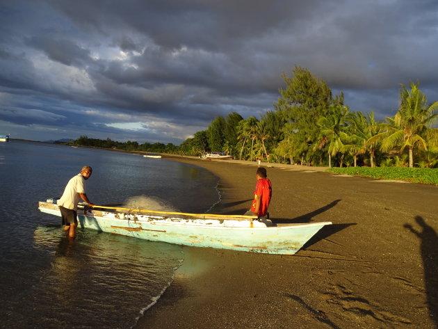 Vissers op het strand bij Maumere