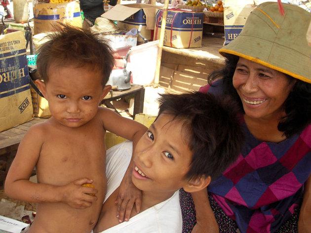 Moeder en kinderen ,markt in Kampong Chhang