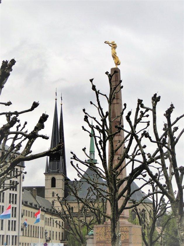 Obelisk met Gouden vrouw.