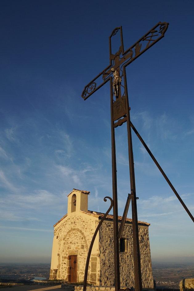 Kerkje op heuvel