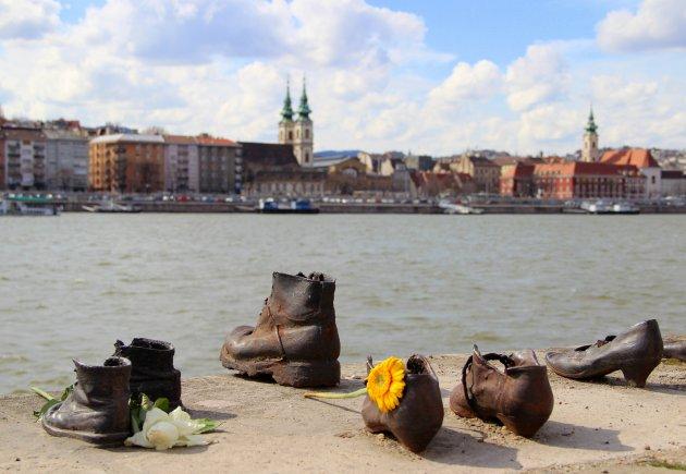 Schoenen op de Donau kade