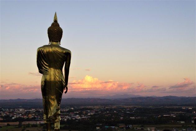 Boeddha bij ondergaande zon.