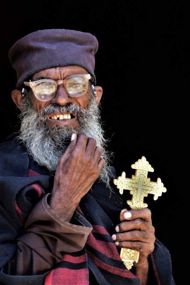 de priester en zijn kruis